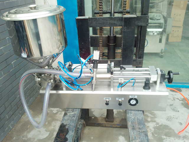 front view of the semi-auto pneumatic liquid sauce  filler.j